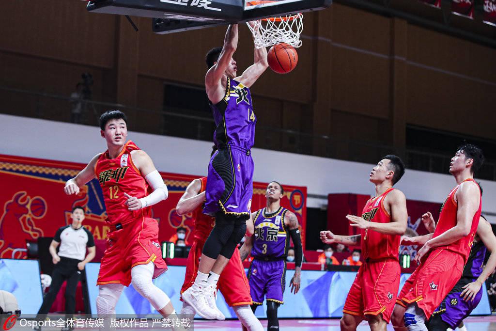 王少杰30分再创新高 贺希宁21分伤退北控险胜深圳_比赛