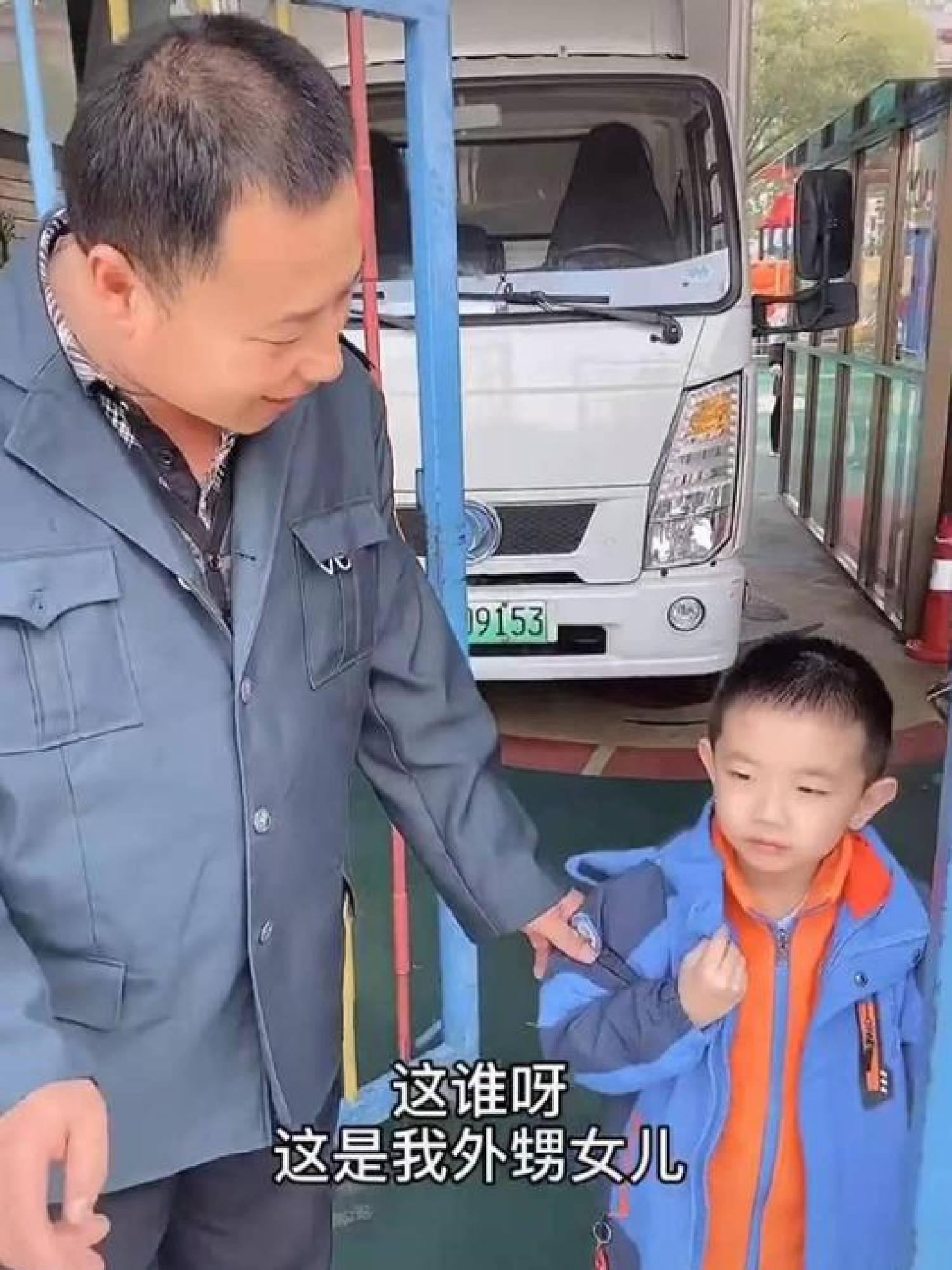 舅舅和外甥被分到幼儿园同班,吃饭时享受特殊待遇,老师被逗乐  第3张