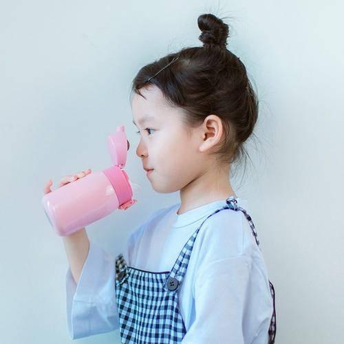 孩子带贵重水杯去幼ag竞咪网站儿园被摔碎,对方只愿赔5