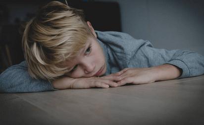 """孩子容易紧张、怯场怎么办?家长不妨了解一下""""齐加尼克效应"""""""