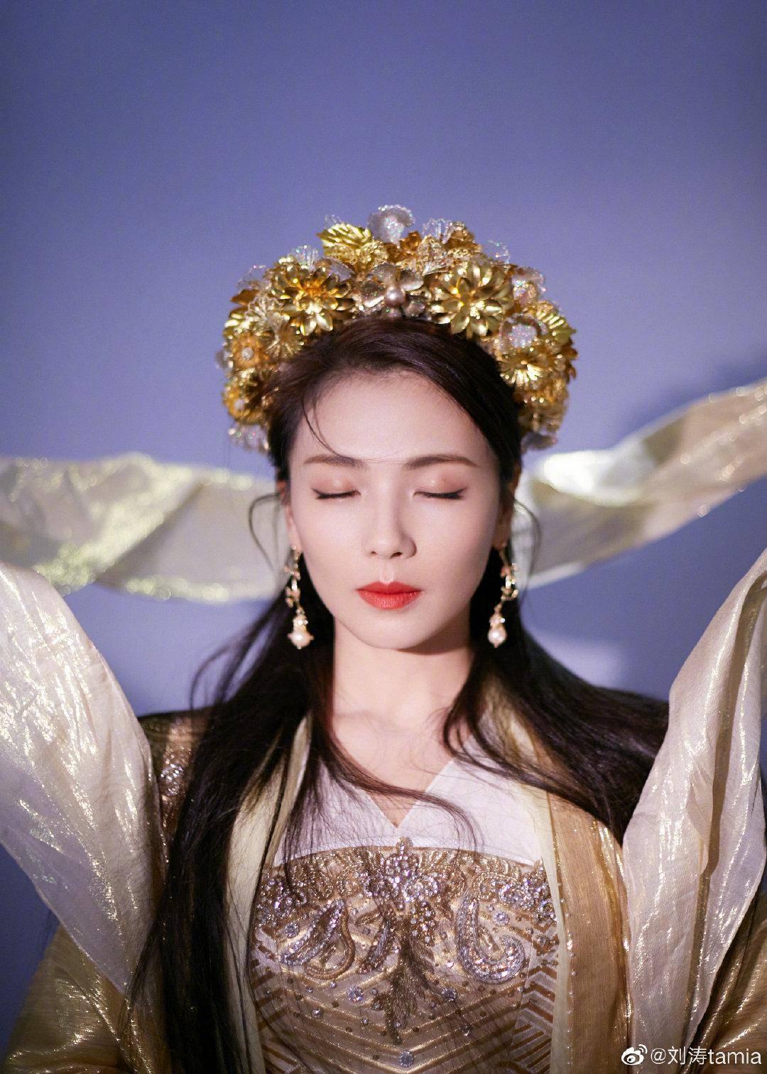 """刘涛浅金色古装造型,头戴金冠变""""天仙"""",烟云缭绕梦幻迤逦"""