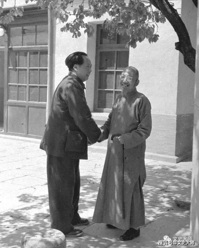 毛泽东画传:毛泽东和战士们在一起,基辛格的表情透露出崇拜之心