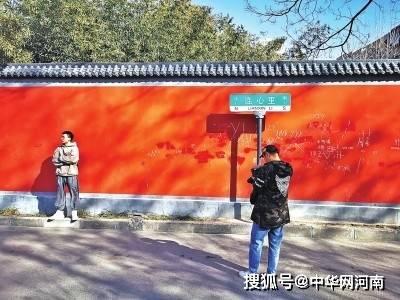 连心里红墙不堪大肆涂鸦 郑州网红墙成大花脸
