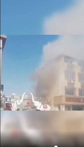 彭懿老街小吃店:'老婆大人'仓库着火了!成吨的零食被烧了!