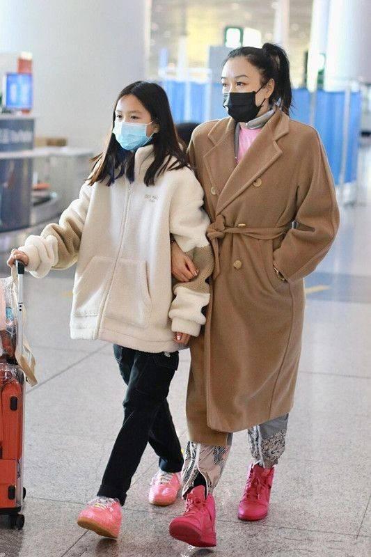 原创             钟丽缇在机场发红包,穿睡裤头发还油腻,像极了中年老阿姨!