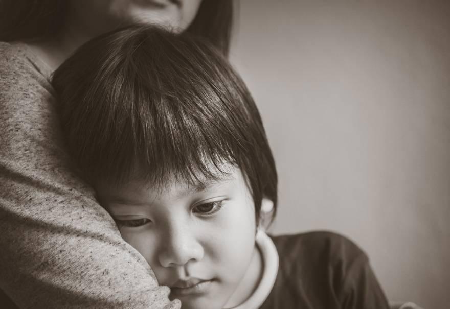 4岁男童默默流泪,让网友心疼:小小的年龄承受着不该承受的