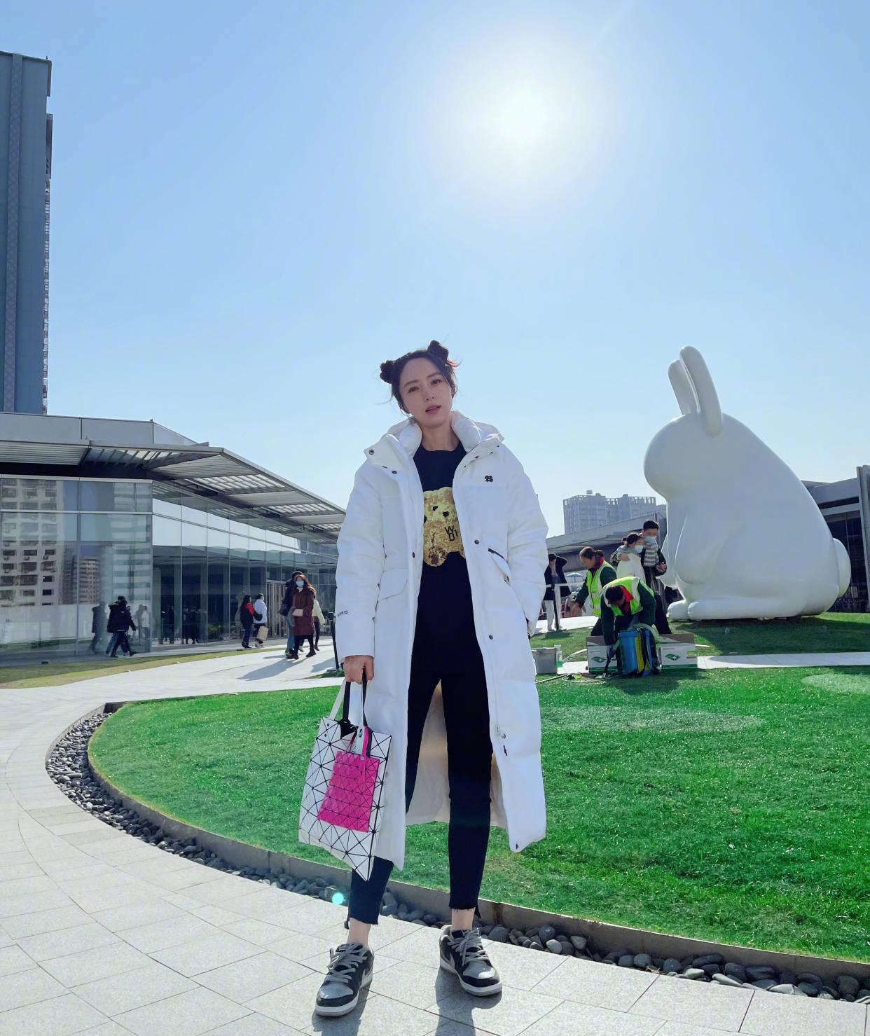 """董璇带女儿走机场,梳UWIN电竞同款发型42岁还""""少女感"""""""