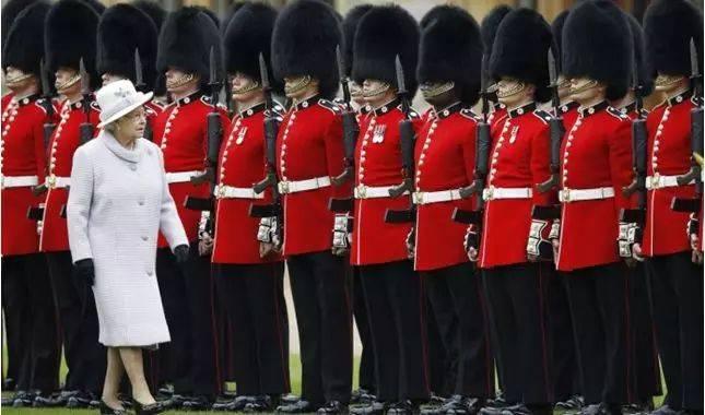 姿势一定要漂亮:真正的英国红虾兵,能笔直地晕倒,鼻子先着地!