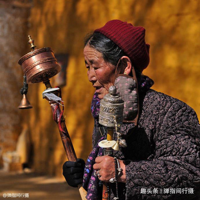"""冬游西藏拉萨,街头各色""""虔诚身影"""",是一道震撼人心的""""风景"""""""