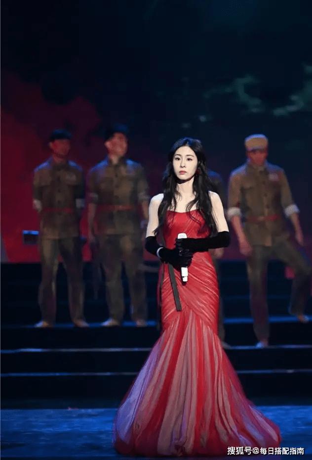 原创             张碧晨当妈后更瘦了,一袭红色抹胸鱼尾裙大秀身材,美到认不出