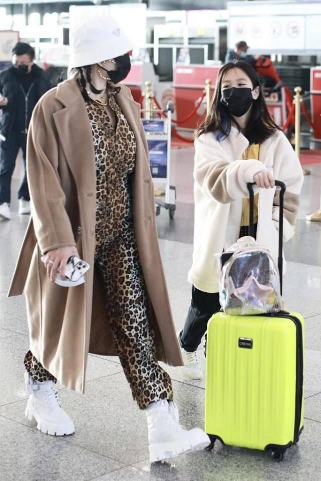"""原创             钟丽缇的穿搭一直很""""突出"""",豹纹连体裤配运动鞋真无美感!"""