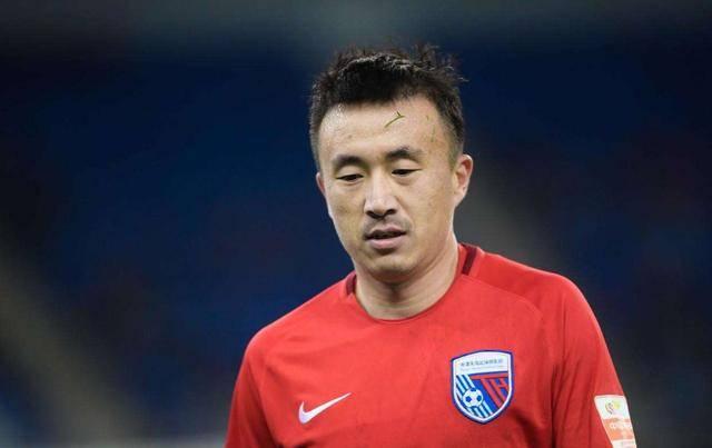 """中国足球被戏称为""""白斩鸡""""的球员,为何那么抢手?拿高薪娶美妻"""