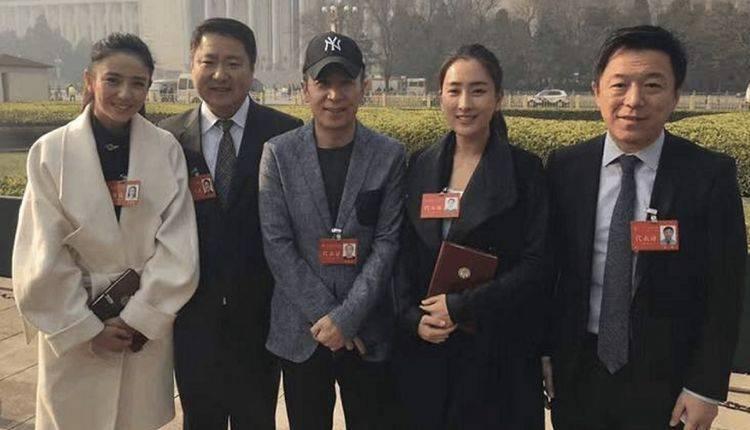 原创             人民大会堂禁止化妆,佟丽娅仙气儿不在,还是鹿晗有眼光!