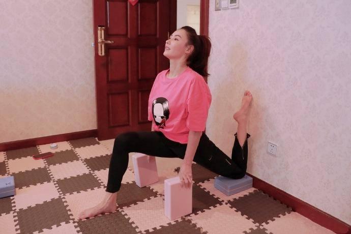 张柏芝在菜场掉钱一脸懵!穿破洞裤配荧粉雨靴,营造少女感跟她学