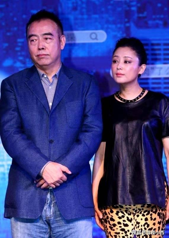 陈红明明是大婶的年纪,却还有窈窕身材,敢穿皮衣配豹纹裤还很美