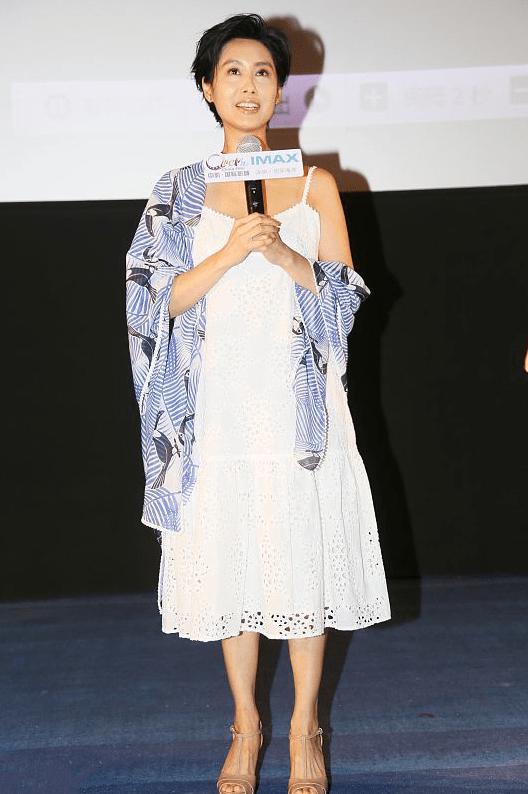 朱茵奔5的年纪还挺敢穿,白色吊带裙显出锁骨线条,配外套更时髦