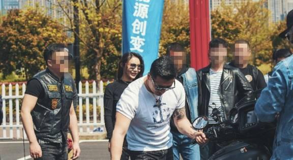 一批摩托现杭州,地位堪比哈雷,入门就得14万,女骑比车还养眼!