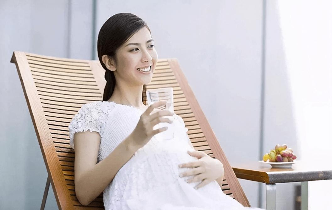 """孕妈喝水有窍门 这五点还需注意 正确""""补水""""胎宝才能更好发育-家庭网"""