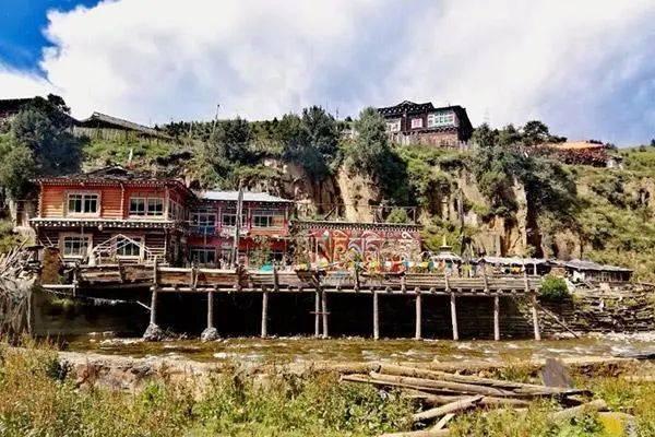 这个叫板稻城亚丁的川西小县城,低调游人少,