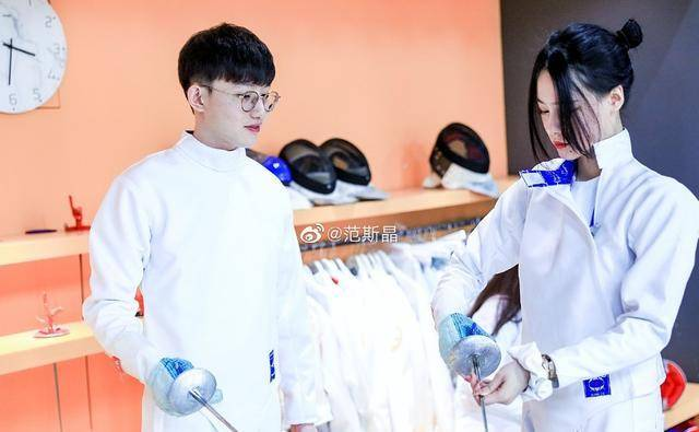 范志毅女儿与男友练击剑,她显成