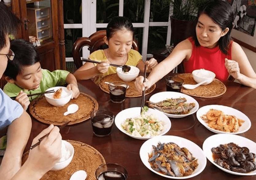 儿子一顿吃4碗惹老师不满,家长反而很自豪,真当能吃是福吗?
