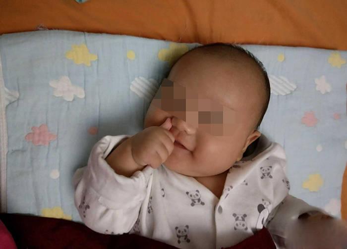 宝宝爱啃手指?若在2岁前,父母别阻止,超过这个年龄就要重视了