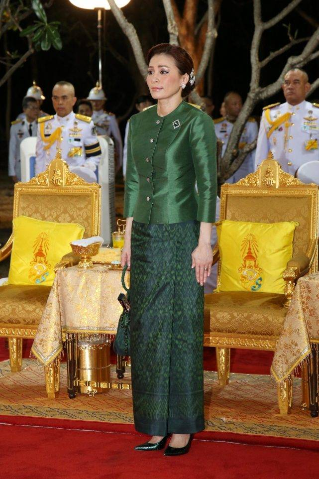原创             苏提达总想媲美诗丽吉太后?模仿婆婆穿绿衣博好感,腮红太重真尬