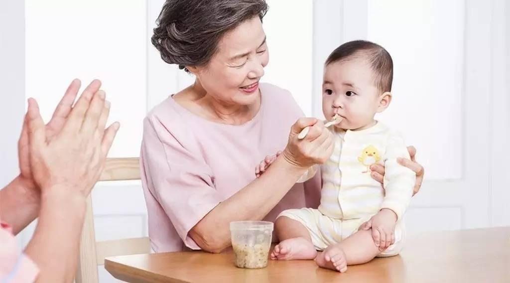 65岁阿姨哭诉:千万别帮儿子带娃!伤身伤心费钱,吃力不讨好