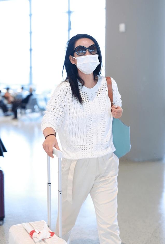 原创             秦海璐衣着简单,但挺舒适自然,针织衫配直筒裤适合40+的女性穿