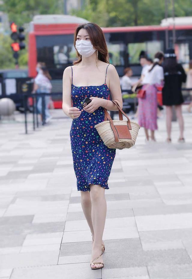 蓝修身吊带印花裙,俏皮、成熟、显体,时尚、优雅、有韵味