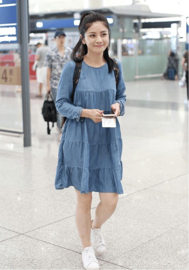 原创             45岁的胡可真会装嫩,扎发造型配蓝色连衣裙甜美可爱,减龄又高级
