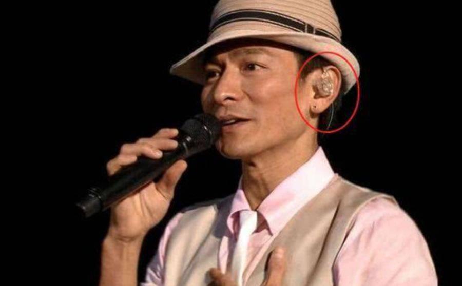 """演唱会上,原来歌手耳朵里戴的不是""""耳机"""",看完涨知识了"""