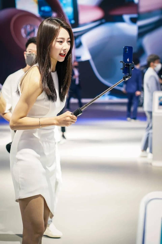 图赏:上海车展上的车模小姐姐们(图33)