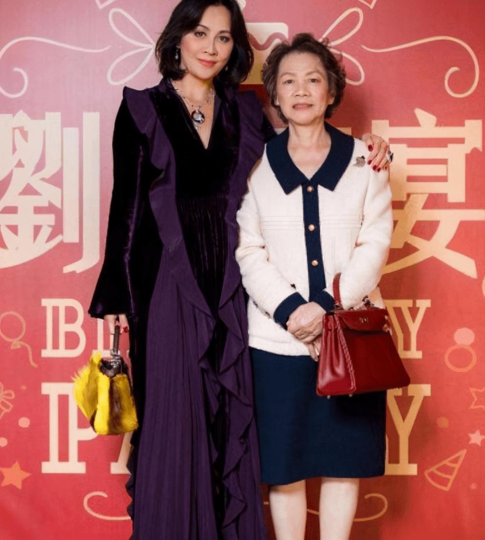刘嘉玲一家四口观影,76岁母亲白净弟媳黢黑,弟弟一脸憨憨太拘谨