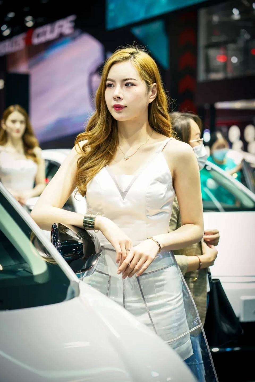 图赏:上海车展上的车模小姐姐们(图20)