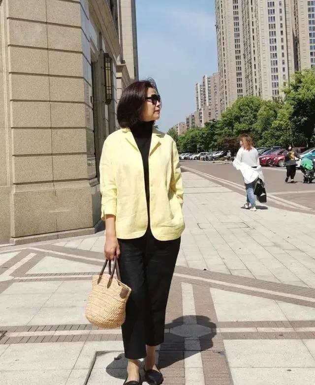 开春不穿裙子还可以穿什么?九分裤+平底鞋,50岁女人穿好时髦