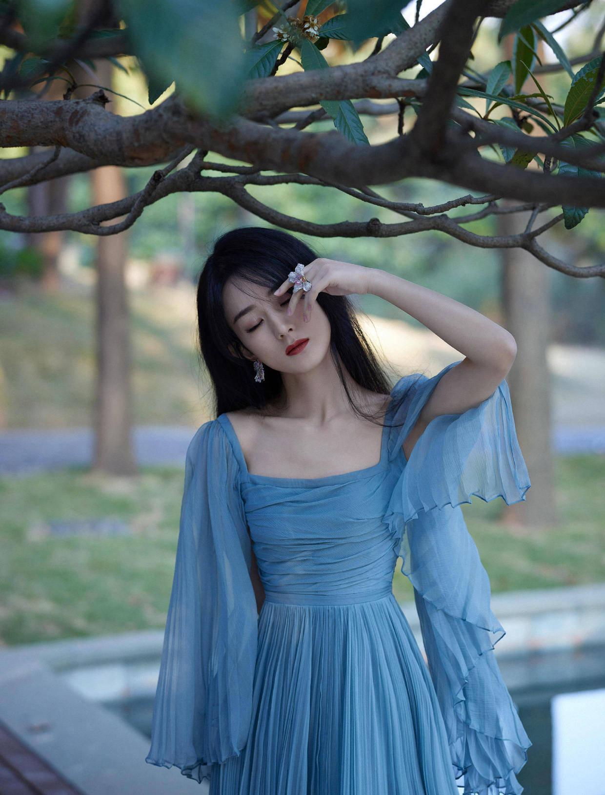 """原创             赵丽颖穿白色连衣裙""""迷死我""""了,搭配大波浪卷发,秀出傲人身材"""