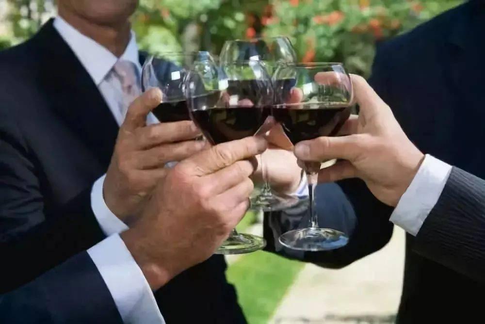 男性每周至少要和朋友聚会喝两次酒 才能保证身心健康-家庭网