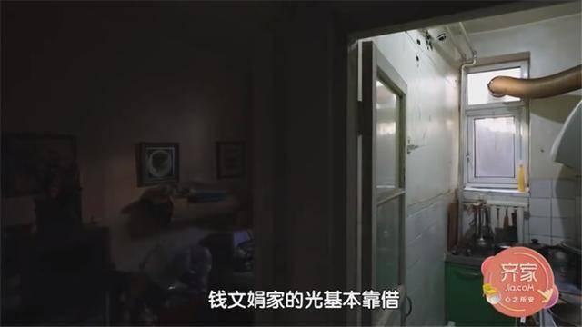 一家四口蜗居北京35㎡半地下房,终日无光,洗菜做饭全在卫生间?  第9张