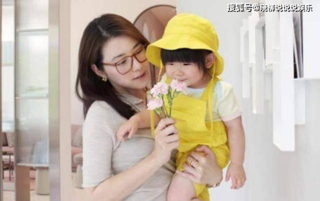 偶像剧女王嫁入豪门,衣食无忧享尽富贵,却担心2岁女儿长相  第3张