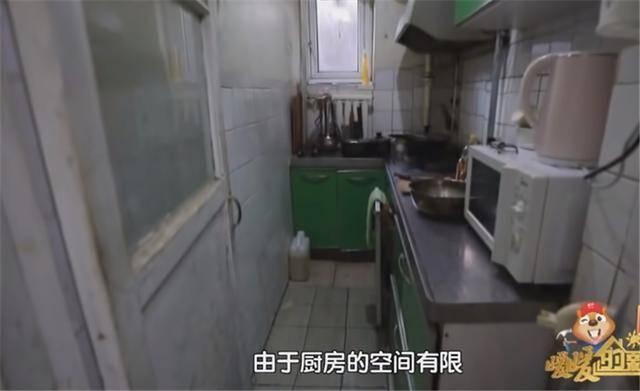 一家四口蜗居北京35㎡半地下房,终日无光,洗菜做饭全在卫生间?  第10张