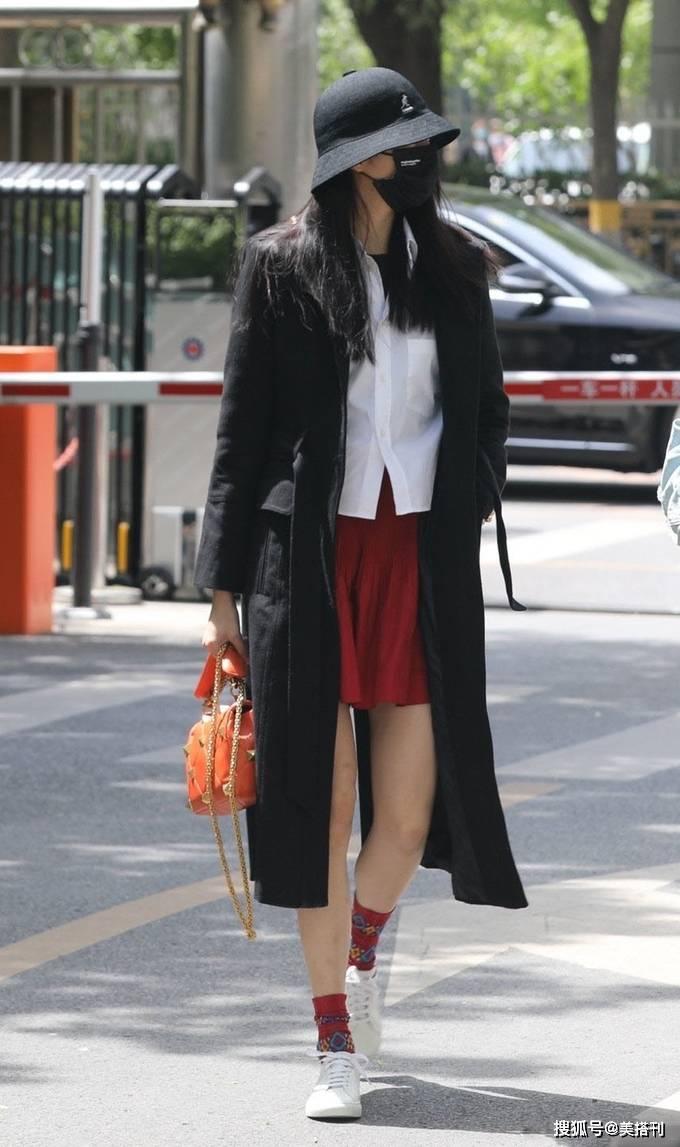 原创             关晓彤私下好会穿!黑色风衣内搭白衬衫红色短裙,长腿无敌超时尚