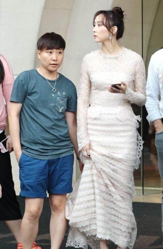 原创             富家太太保养好也会老,胡静不修图满脸疙瘩,穿紧身裙肚腩泛滥!