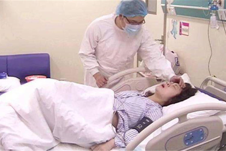 抗麻体质产妇 无麻药顺转剖生下双胞胎 产房外丈夫泪流满面-家庭网
