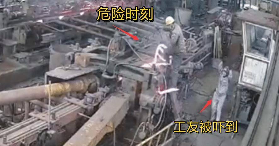 江苏一工厂滚烫钢材从机器里冒出 工人被瞬间打翻令人后怕
