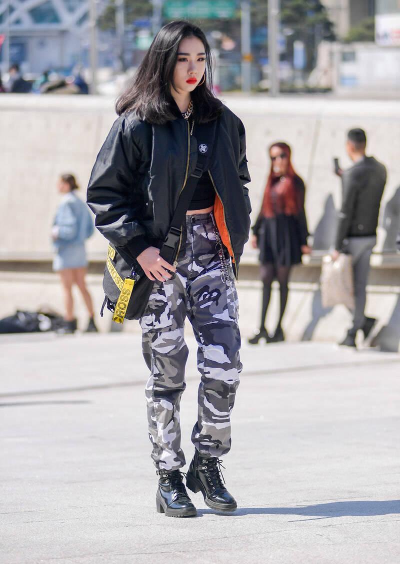 【迷彩裤怎么搭配鞋子】迷彩裤配帆布鞋舒适青春 配高跟鞋很酷