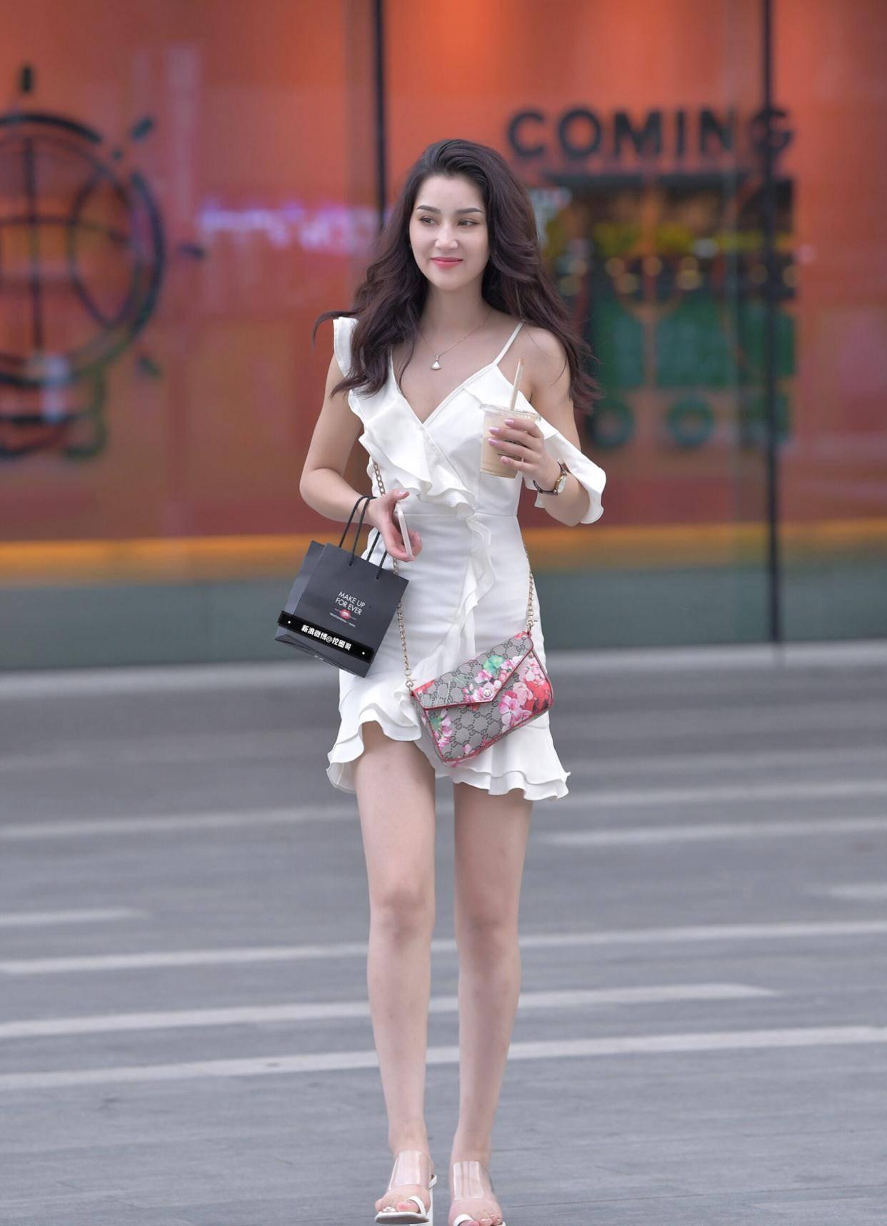 """小姐姐身穿白色吊带连衣裙,气质出众,直接""""美出圈"""""""