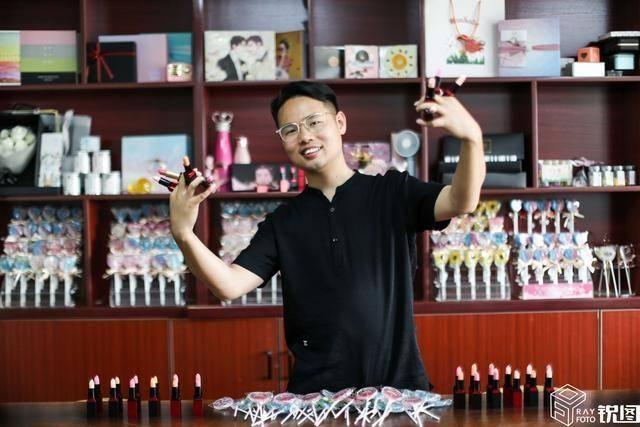 口红能吃、照片印上棒棒糖!安徽小伙创意天马行空,一月卖200万