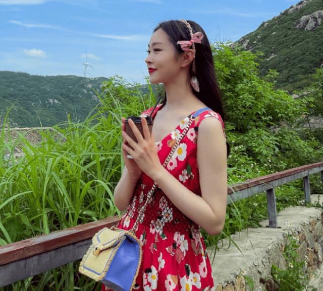 31岁宋轶旅游照果然, 穿碎花裙如少女,冷白皮太