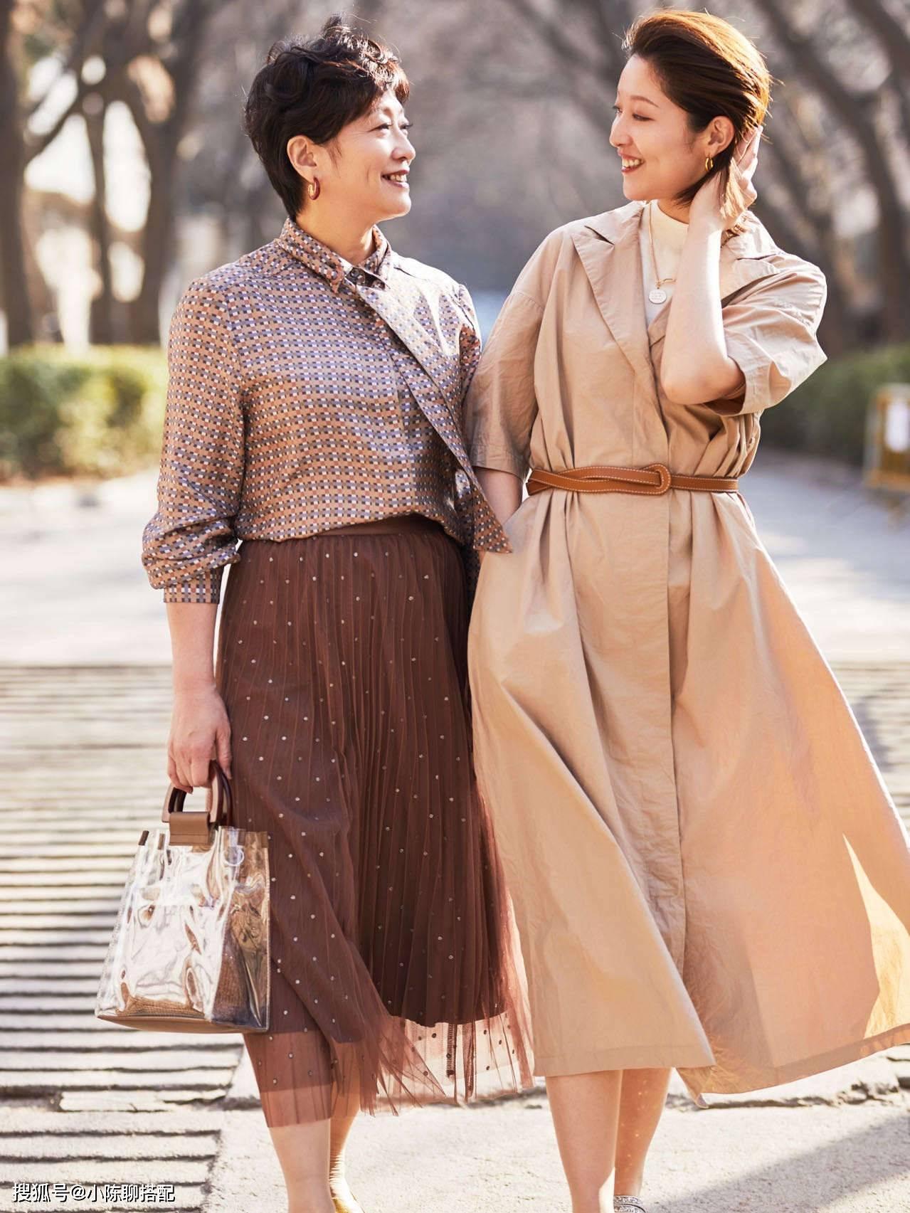 """女人過了50歲,穿半身裙要懂得""""4個技巧"""",才會美得更優雅得體"""